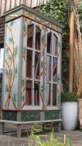 Möbelmalerei am Beispiel eines Schranks mit exotischem Motiv.