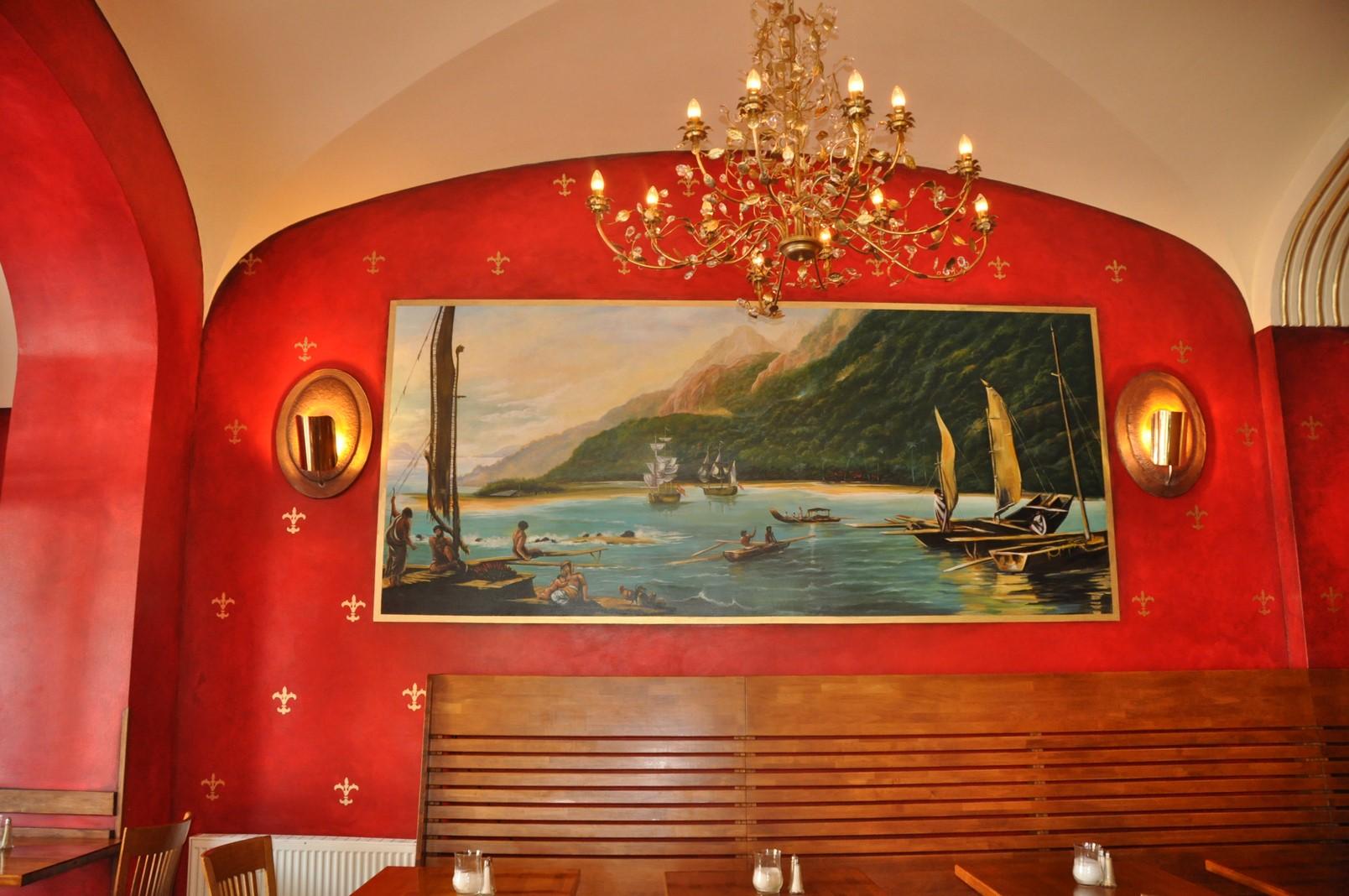Dekorative Malerei mit Südseemotiv an einer Wand im mexikanischen Restaurant Mundo in Berlin.