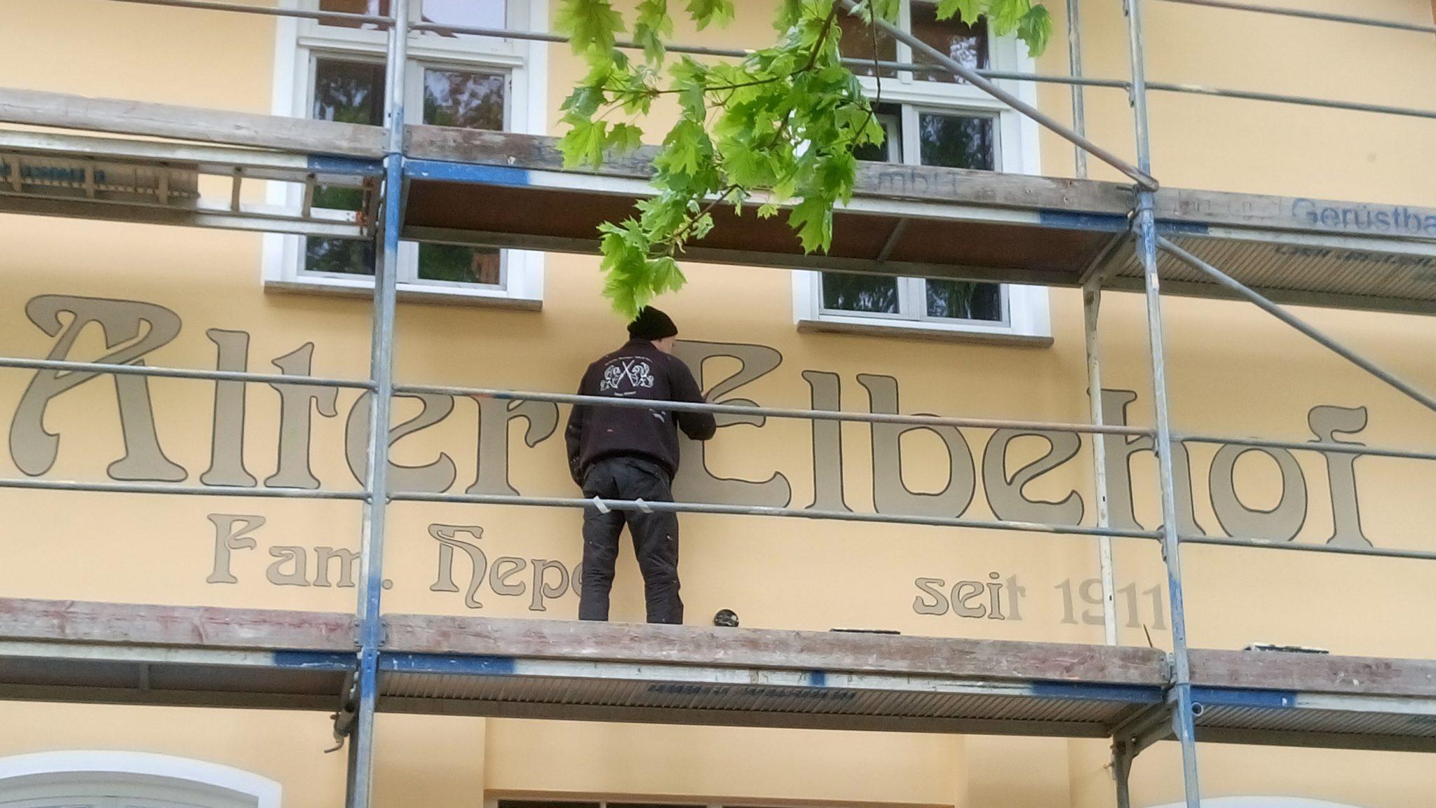Atelier-Witzmann gestaltet eine Fassadenbeschriftung.