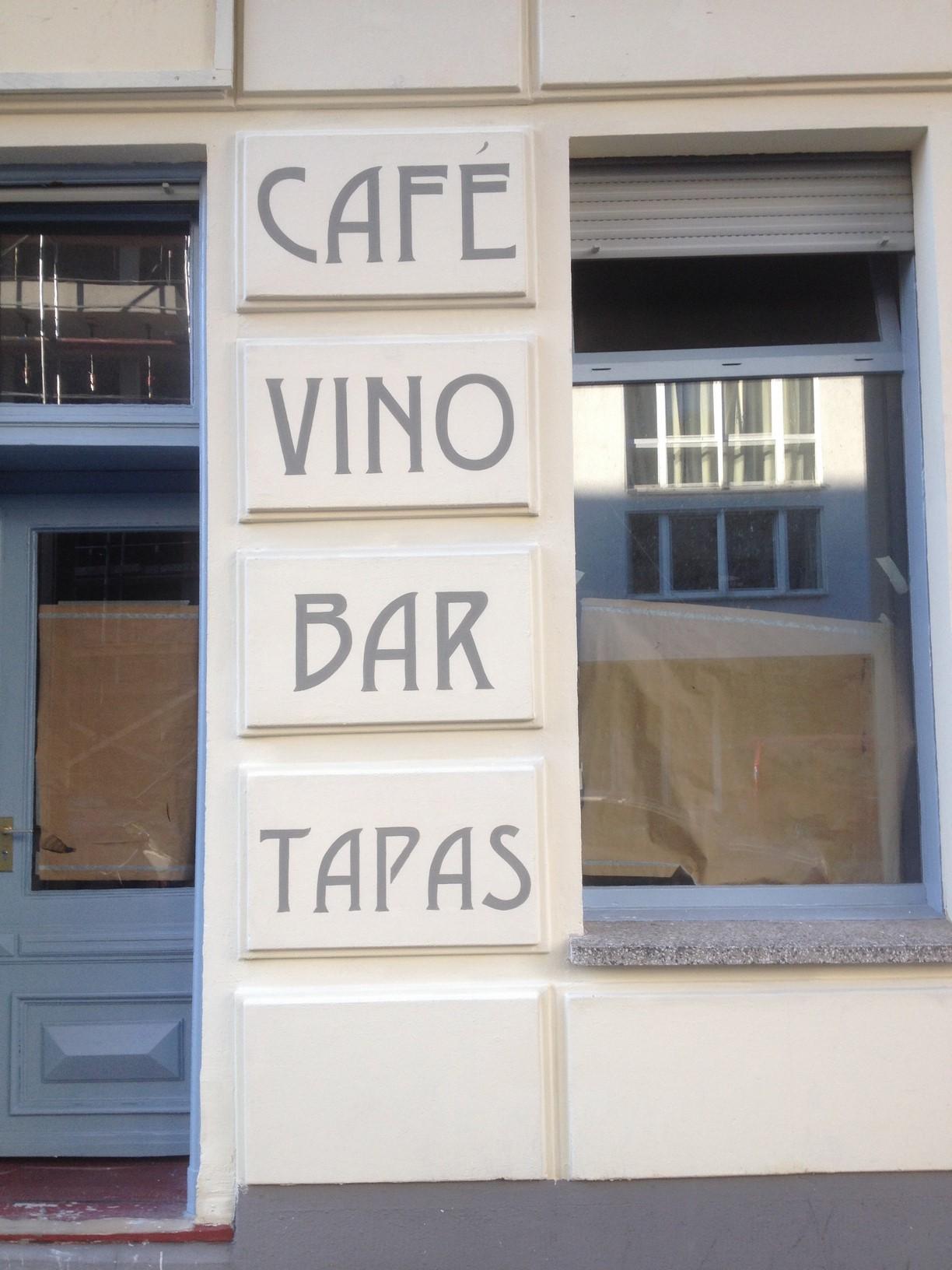 Beschriftung einer Fassade mit verschiedenen Namenszügen