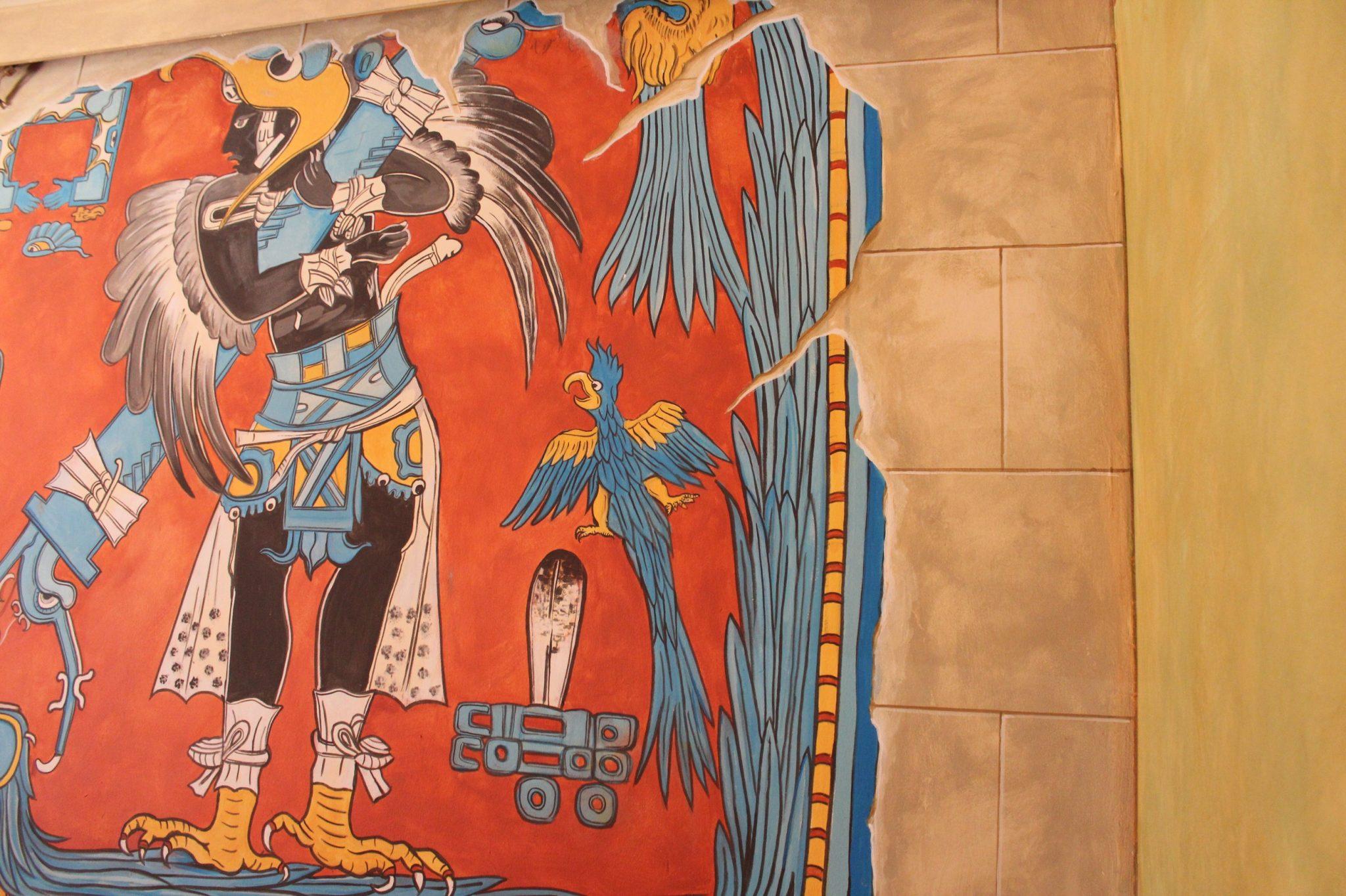 Dekorative Wandmalerei im Stile aztekischer Malerei.