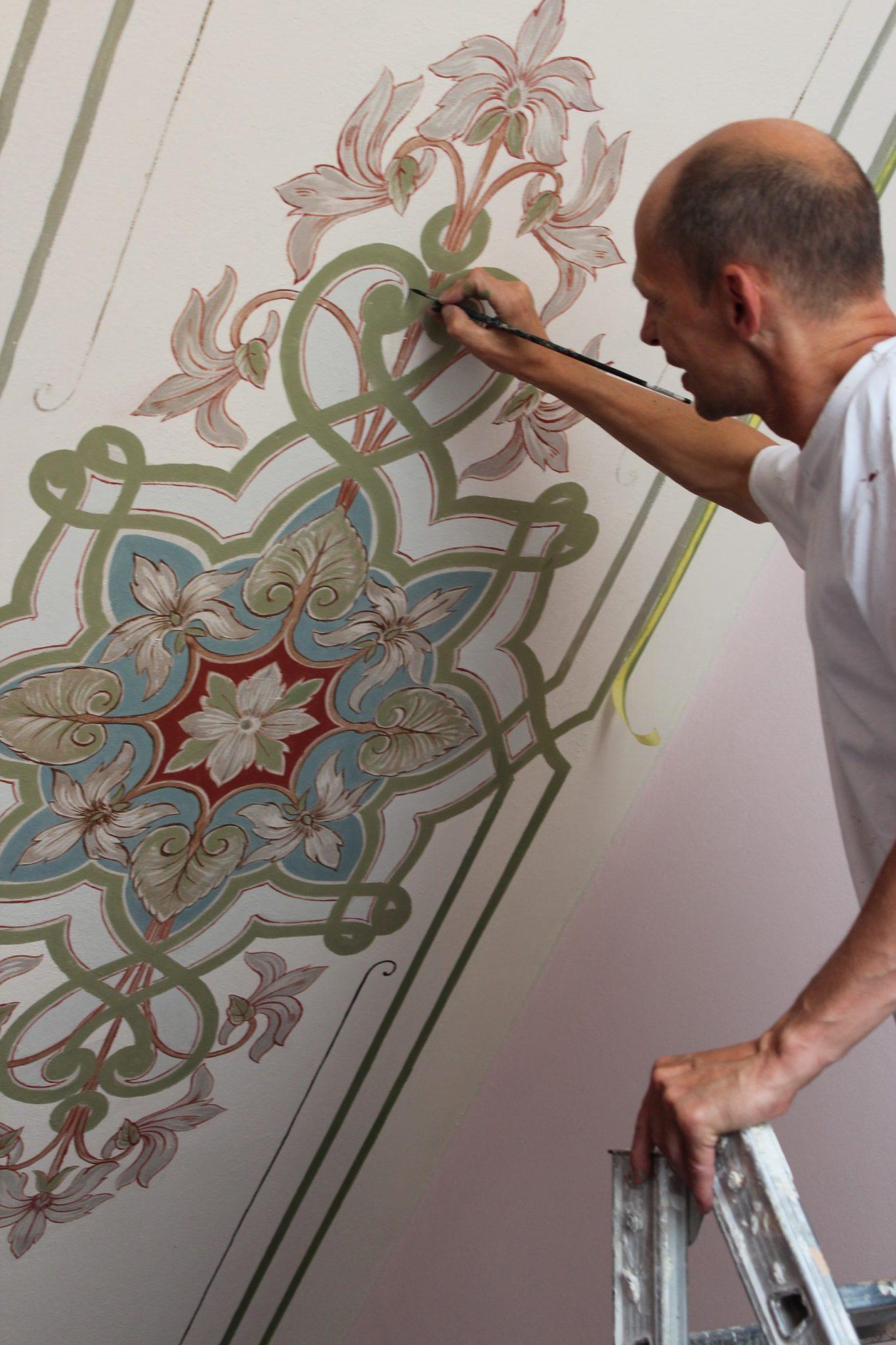 Burkhard Witzmann arbeitet an einem Ornament