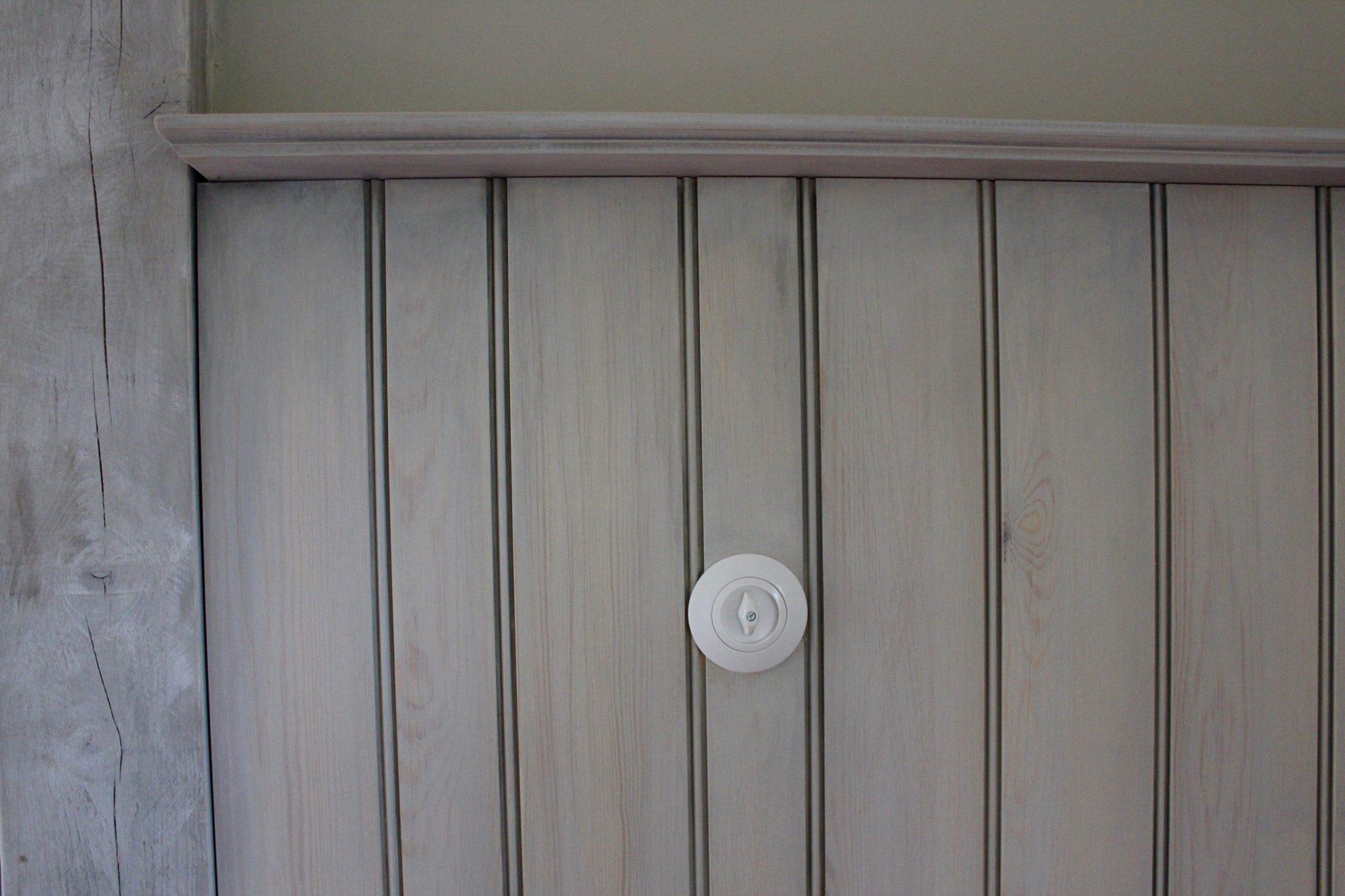 Durch Kalk gefärbtes Wandverkleidung aus Holz.