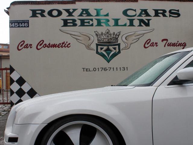 Beschriftung eines Logos an einer Fassade