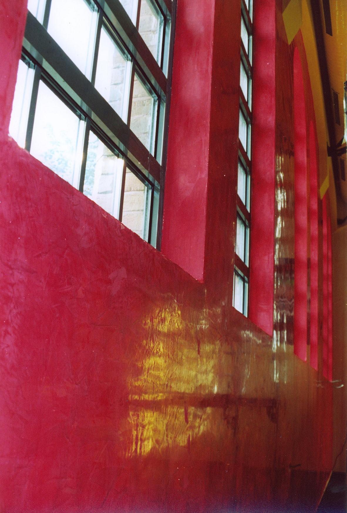 Eine rote Wand mit Stucco Lustro