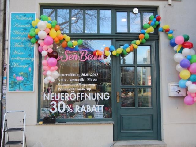 Beschriftete Schilder auf einer Fassade